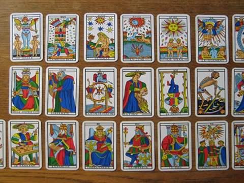 تفسير رؤية بطاقات أو ورق التاروت في المنام أو الحلم