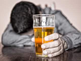 تفسير رؤية جرعة شراب مسكر في المنام أو الحلم
